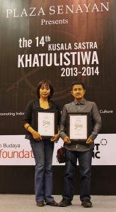 Oka Rusmini dan Iksaka Banu | Foto: Kurnia Effendi