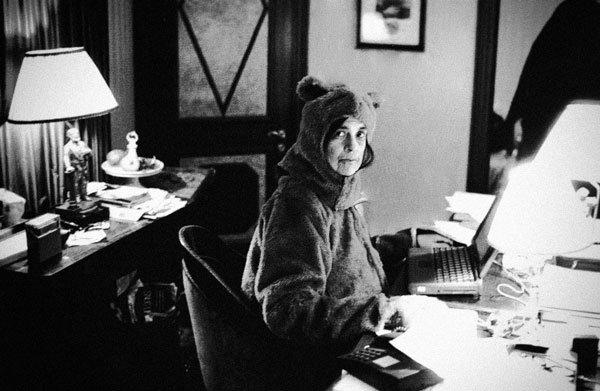 Susan Sontag sedang mengenakan kostum beruang.
