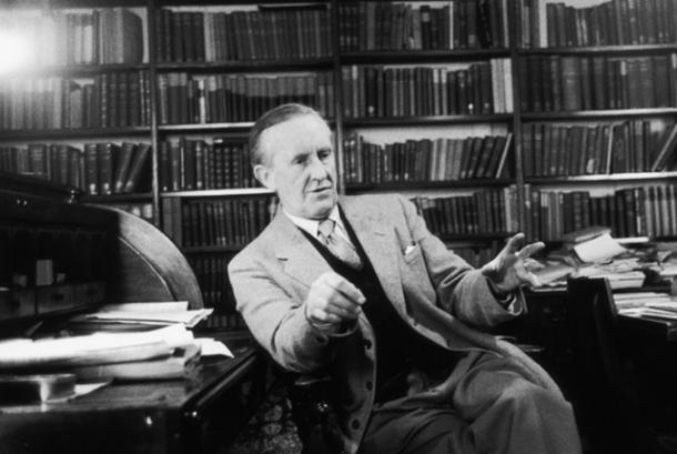 Tolkien yang gemar menciptakan bahasa baru.
