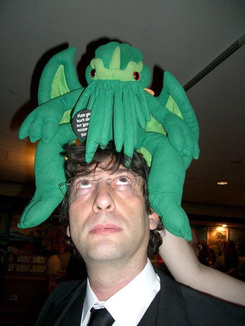 Neil Gaiman memakai topi aneh.