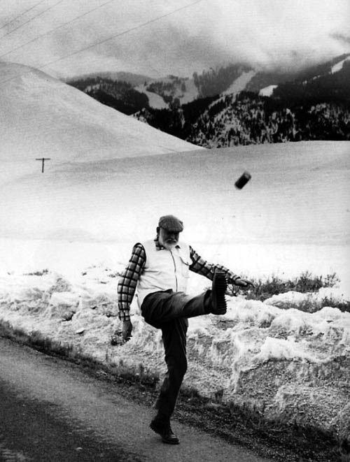Ernest Hemingway sedang menendang kaleng.