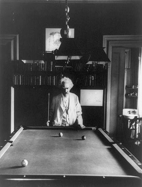 Mark Twain sedang bermain biliar dengan wajah yang sangat serius.