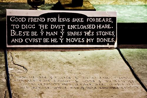 Kalimat kutukan di atas kuburan Shakespeare.