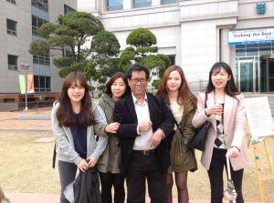 Maman S. Mahayana bersama mahasiswinya di Universitas Hankuk, Korea Selatan. Sumber: www.facebook.com/dewamahayan